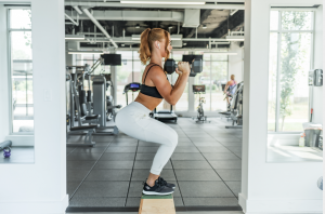 woman lifting weights in sports gear